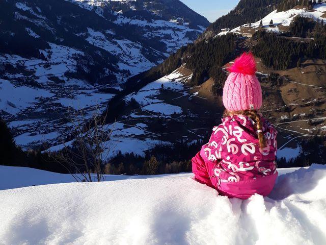 Wandlehenhof-winter-kind-landschaft